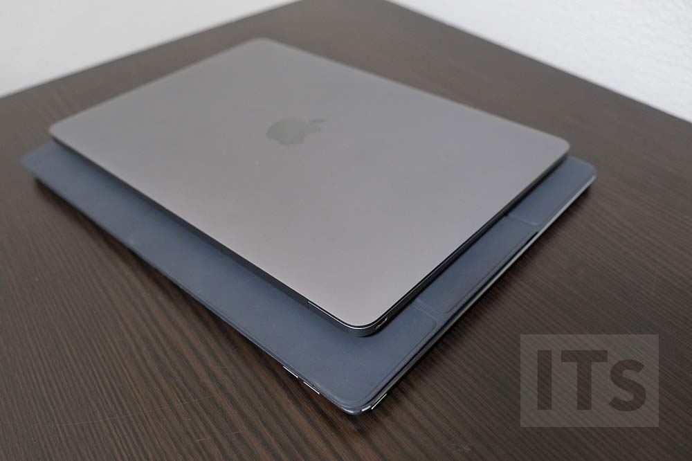 下:12.9インチiPad Pro、上:12インチMacBook