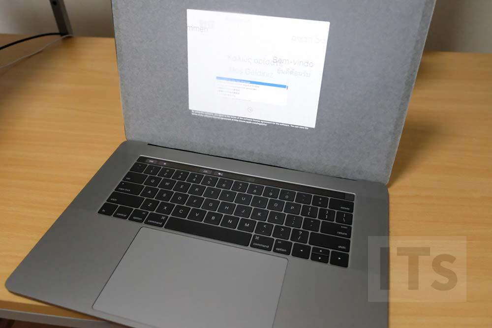 ディスプレイを開く MacBook Pro Late 2016