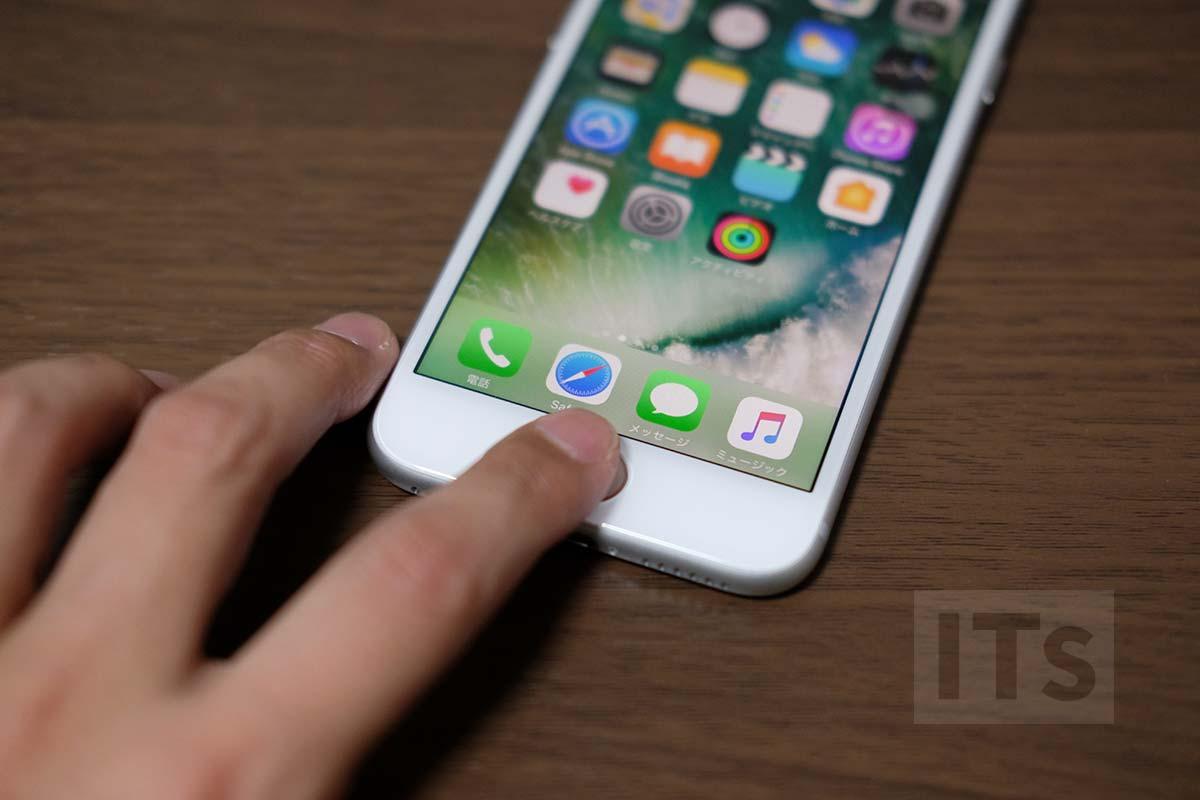 iPhoneを机の上に置いて指紋認証