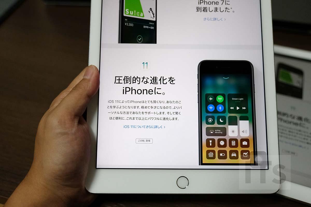 iPad Pro 9.7を手で持つ