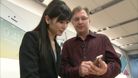 81815960 s  日本市場について 大江麻理子アナは同氏に人気の理由について訪ねたところ.